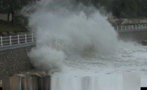 Furtună spectaculoasă pe mare. La Constanţa valurile au atins şase metri înălţime