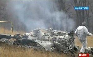 """""""E o tragedie"""". Rudele şi cunoscuţii militarilor decedaţi în accidentul aviatic de la Sibiu îşi plâng morţii"""