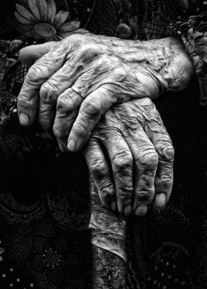 """Bătrână de 83 de ani, scoasă în stradă de nora ei, cu ajutorul unui executor judecătoresc. """"Voia să pună mâna pe casă"""""""