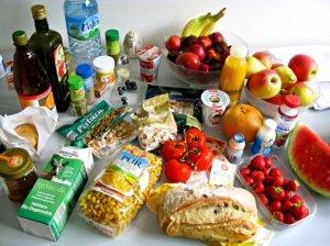 INS: Românii dau pe mâncare aproape jumătate din banii câştigaţi