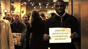 Gestul neaşteptat al unui tânăr care şi-a găsit un loc de muncă, după ce şi-a oferit CV-ul într-o staţie de metrou