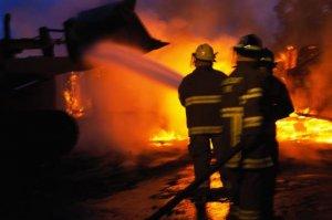 Incendiu puternic la o fabrică de mobilă din Suceava
