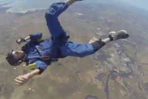 VIDEO! Scenă dramatică de salvare, filmată în aer, la 3 kilometri de sol. Un instructor de paraşutism a devenit eroul Internetului