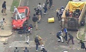 Proteste extrem de violente în Baltimore. Sute de oameni s-au ciocnit cu poliţia într-un mall