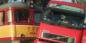 Grav accident de circulaţie. Un tren s-a ciocnit cu tir, şoferul a decedat pe loc