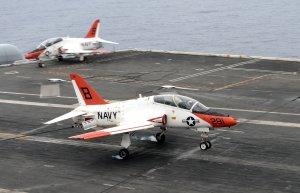Un avion militar american a ieşit de pe pistă şi s-a prăbuşit în Golful San Diego