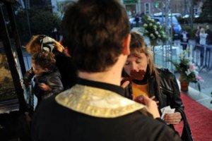 Un român costumat în preot cerea donaţii trecătorilor. Bărbatul, prins în acţiune la Roma