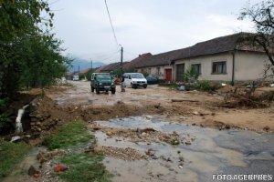 Cod ROŞU de inundaţii în nord-vest. Zeci de gospodării au fost inundate, mai multe drumuri sunt sub ape