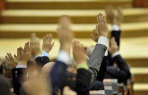 Proiectul de lege referitor la incompatibilităţi a fost VOTAT. Parlamentarii, incompatibili cu funcţiile în companii, bănci, asigurări, instituţii publice
