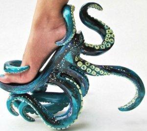 """""""Transpun trăirile oamenilor în creaţiile mele"""". Vezi cea mai ciudată colecţie de pantofi"""