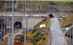 """Traficul prin tunelul de sub Canalul Mânecii, perturbat de un protest: """"Încercau să treacă de zona restricționată"""""""
