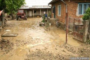 Potop în Bârlad. Case distruse, terenuri inundate şi oameni disperaţi