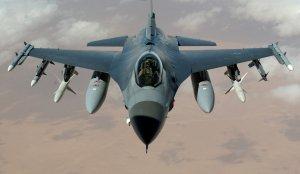 Tragedie aviatică: Un avion de vânătoare de tip F-16 a lovit o aeronavă uşoară