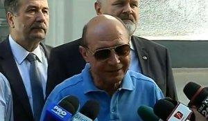 Traian Băsescu, viaţă de pensionar. Fostul preşedinte are ochelari Louis Vuitton de 600 de dolari