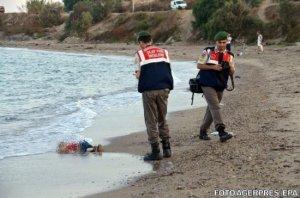 """""""Copiii mi-au alunecat din mâini"""", povesteşte tatăl băieţelului care a murit înecat în Turcia"""