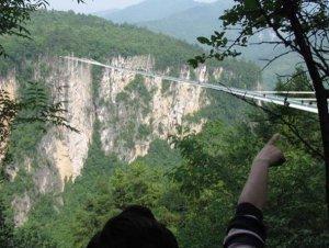 Clipe de groază în China. Podul de sticlă s-a crăpat sub turişti!