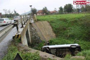 """Şi-au văzut moartea cu ochii! Un microbuz a """"plonjat"""" într-o vale după ce şoferul a aţipit"""