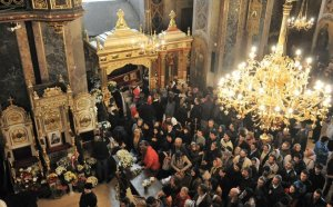 Mii de oameni, la moaştele Sfintei Parascheva
