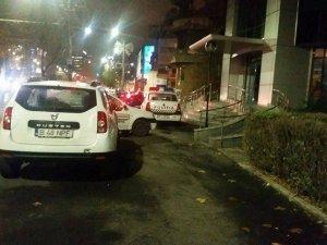 Mașinile polițiștilor din București au loc de parcare asigurat... Pe trotuar