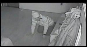 VIDEO. Momentul în care un hoţ se târăşte în casa unei familii din New York