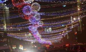 Milioanele de lumini ce împodobesc Bucureştiul vor fi aprinse luni