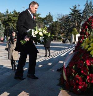 Iohannis a depus un buchet de flori la Monumentul Ostaşului Necunoscut din Parcul Carol