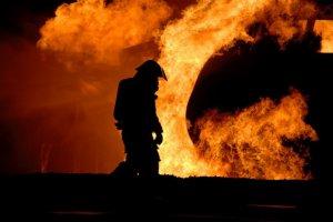 Un incendiu de proporţii a mistuit un parc industrial! Au intervenit peste 200 de autospeciale. VIDEO