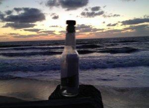 Mesajul sfâșietor descoperit de un bărbat într-o sticlă adusă de valuri la mal