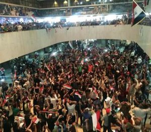 Autoritățile irakiene au declarat stare de urgență. Sute de manifestanți au luat cu asalt clădirea Parlamentului