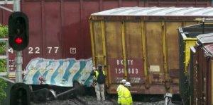 Un tren de marfă a deraiat în apropiere de Washington, deversând materiale periculoase