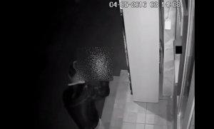 Adolescent filmat când fură banii dintr-un aparat de cafea. Ce a făcut când a văzut camerele de supraveghere