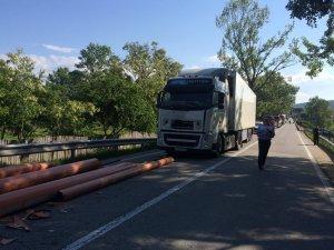 Accident neobișnuit în Gorj. Au fost la un pas să moară străpunși de țevile transportate în mașină - FOTO