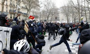 Grevă generală la rafinăriile din Franța. Benzinăriile rămân fără combustibili