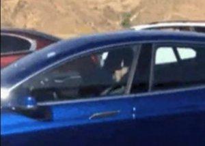 A fost filmat în trafic, în timp ce dormea la volan. Mașina se conducea singură