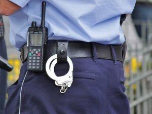 O falsă poliţistă a înşelat mai multe femei cărora le-a promis locuri de muncă în sistem