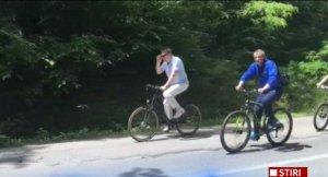 Klaus Iohannis, la plimbare cu bicicleta și un alai de SPP-işti după el