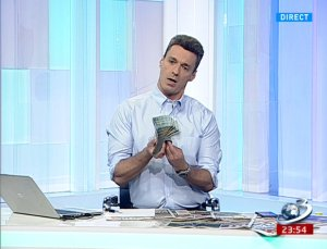 Mircea Badea a venit cu un ''morman'' de bani la emisiune. Ce a anunțat că va face cu banii