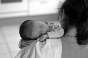 Legea pentru mame, schimbată. Indemnizaţia minimă de creştere a copilului a crescut de la 600 lei la 1.063 de lei