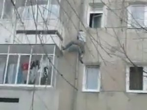 Faceţi cunoştinţă cu Spiderman de București! Bărbatul ăsta a încercat să escaladeze faţada unui bloc. A urcat până la etajul doi și...