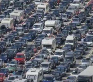 Mii de vehicule, inclusiv din România, blocate de zeci de ore pe autostrăzi din Marea Britanie