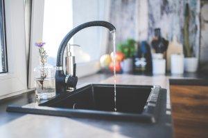 Șocați de ce au descoperit în apa de la robinet. Oamenii au fost avertizați să nu bea, să gătească sau să-și facă baie