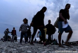 Sute de migranți în marș prin Serbia spre granița cu Ungaria - VIDEO