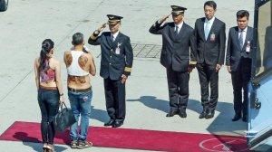 Cu buricul la vedere, în vizită oficială. Ce prinț a încălcat toate protocoalele vestimentare