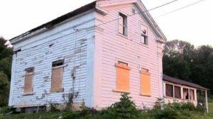 Părea o casă ciudată. Noi proprietari au deschis ușa și apoi li s-a schimbat viața. Ce secret ascundea