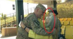 Timp de 12 ani, această bătrânică a îmbrățișat soldații din aeroport. Ce s-a întâmplat în ziua în care a lipsit