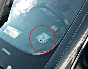 Ce păţesc şoferii care au acest obiect pe parbriz