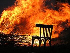Incendiu puternic într-un bloc de locuinţe sociale