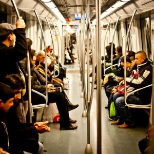 O bucureșteancă cu bebelușul în brațe a decis să le dea o lecție tinerilor care nu i-au cedat locul pe scaun la metrou: ''Îi vedeți pe băieții ăștia doi?...'' - FOTO