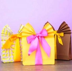 VIDEO! Cum sa-ti impachetezi cadourile mai bine decat o fac cei din magazine! Trucul asta e genial!