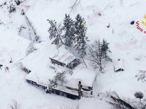 O româncă și copiii ei, îngropați de vii sub zăpadă. Rudele femeii aşteaptă cu sufletul la gură o veste din Italia